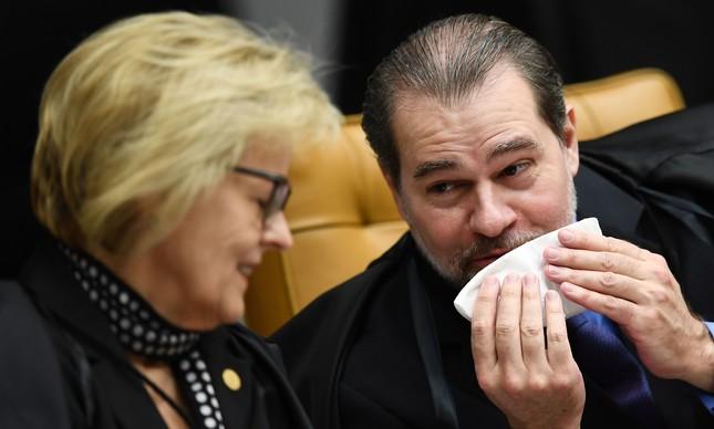 Os ministros Dias Toffoli e Rosa Weber conversam durante julgamento de habeas corpus do ex-presidente Lula