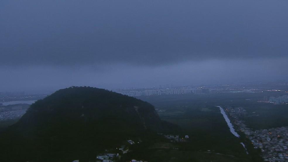 Chuva forte no Rio na manhã desta quarta (9) — Foto: Reprodução / TV Globo