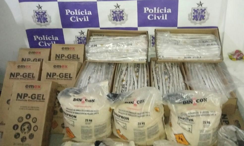Mais de meia tonelada de explosivos foi apreendida pela polícia em um depósito clandestino da cidade de Novo Horizonte, na quinta-feira (29). — Foto: Divulgação/ SSP-BA