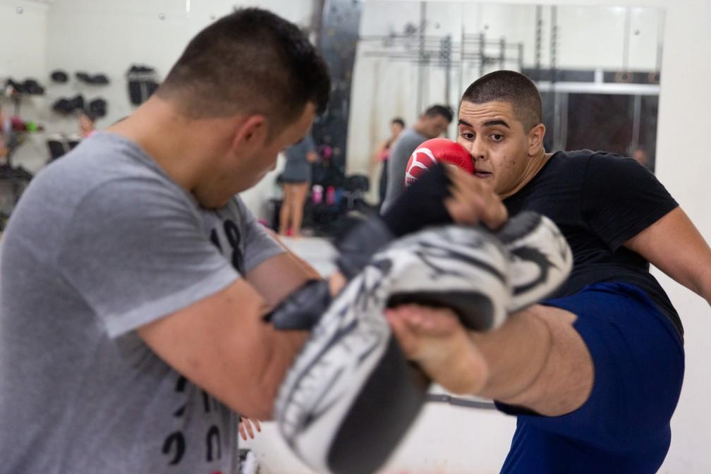O amigo Maycon defende golpe de Henrique durante treino de MMA em Ituverava: 'o chute dele realmente é forte'. — Foto: Marcelo Brandt/G1