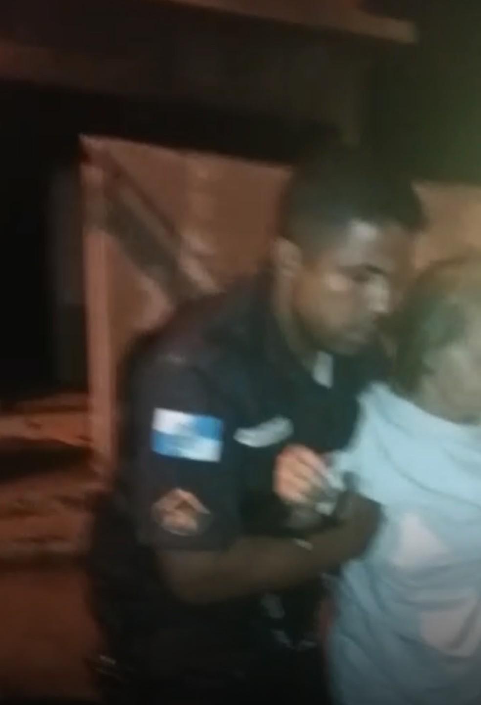 Dois idosos e uma jovem foram resgatados de um incêndio em uma casa na madrugada deste domingo (12) em Porciúncula, no RJ (Foto: Divulgação/PM)