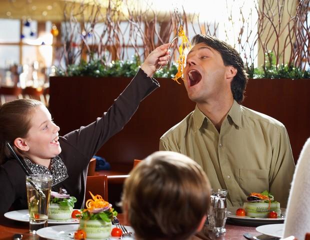 Pai e filha se divertem no restaurante (Foto: Thinkstock)