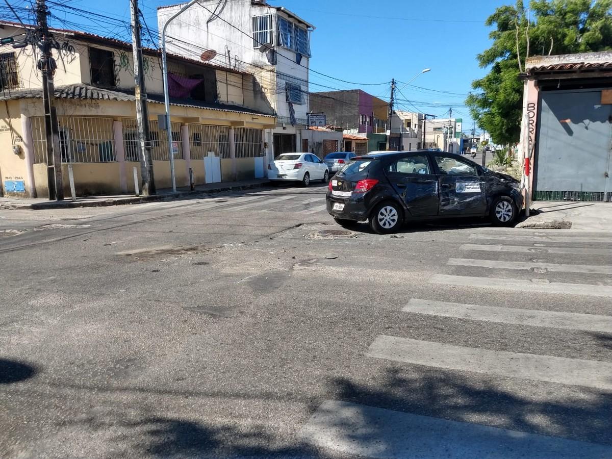 Colisão entre micro-ônibus e carro deixa passageira ferida no Bairro Serrinha, em Fortaleza - G1