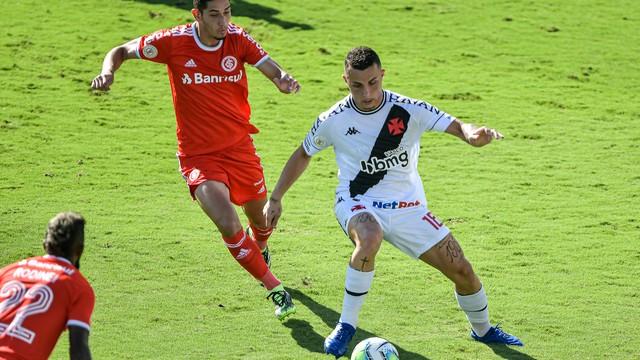 Bruno Gomes e Praxedes em Vasco x Inter em São Januário