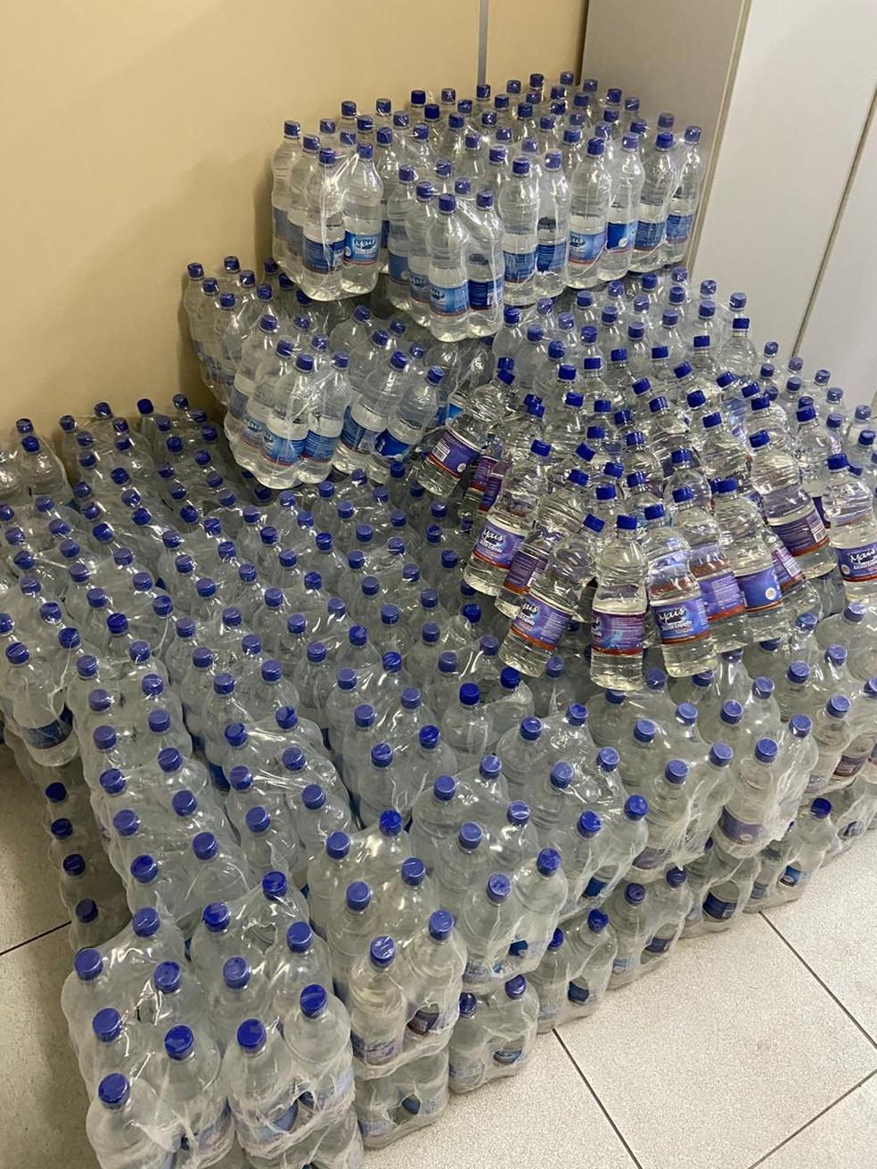 Mil garrafas de álcool, com um litro cada, foram apreendidas por causa de adulterações, durante operação em mercadinho no Recife — Foto: Polícia Civil/Divulgação