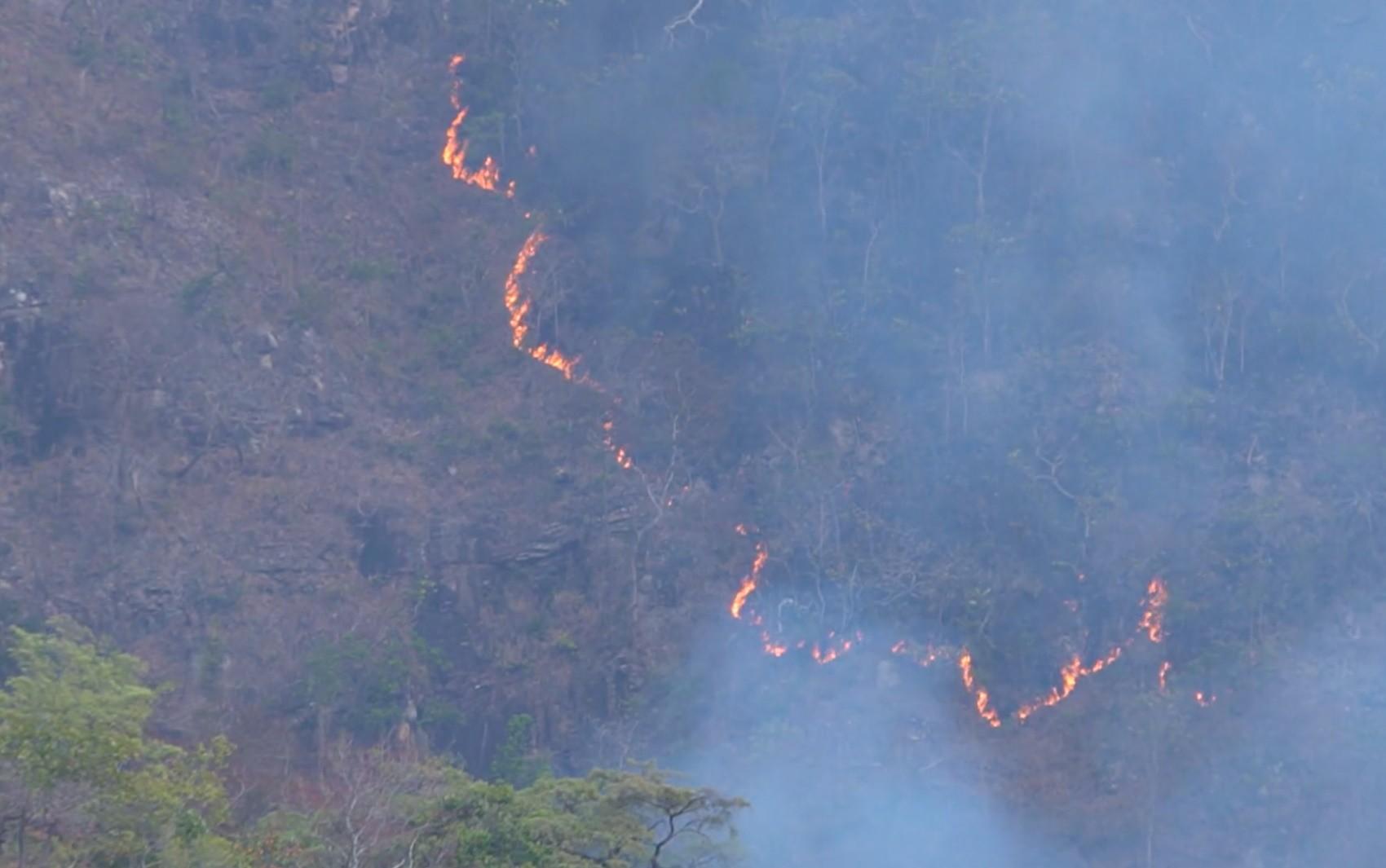 Incêndio na Chapada dos Veadeiros é monitorado por satélites e já atinge 14 mil hectares