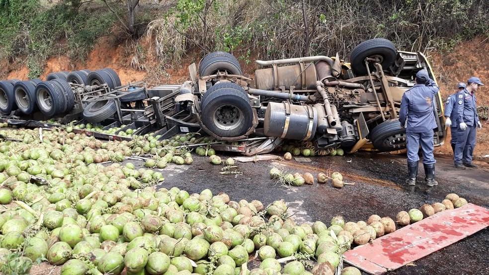 Caminhão carregado de coco tombou na BR-474 (Foto: Edson Simões/Arquivo Pessoal)