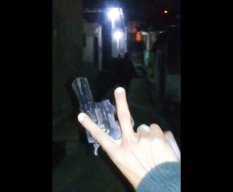 Criminosos que invadiram o Japão gravaram vídeo mostrando a chegada deles à comunidade (Foto: Reprodução)