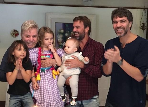 Marcelo Faria com o pai, Reginaldo, e a família (Foto: Reprodução/Instagram)