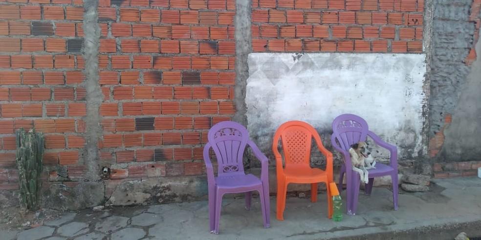 Vítimas estavam em calçada quando foram baleadas (Foto: José Marcelo/G1 PI)