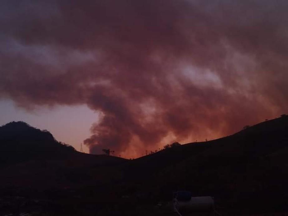 Incêndio de grandes proporções atinge o Pico dos Dias, próximo ao Laboratório de Astrofísica de Brazópolis, MG