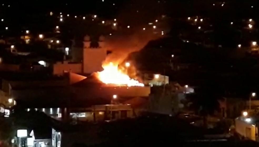 Fogo atingiu teto de madeira de loja maçônica em Rio Preto (SP) — Foto: Arquivo pessoal