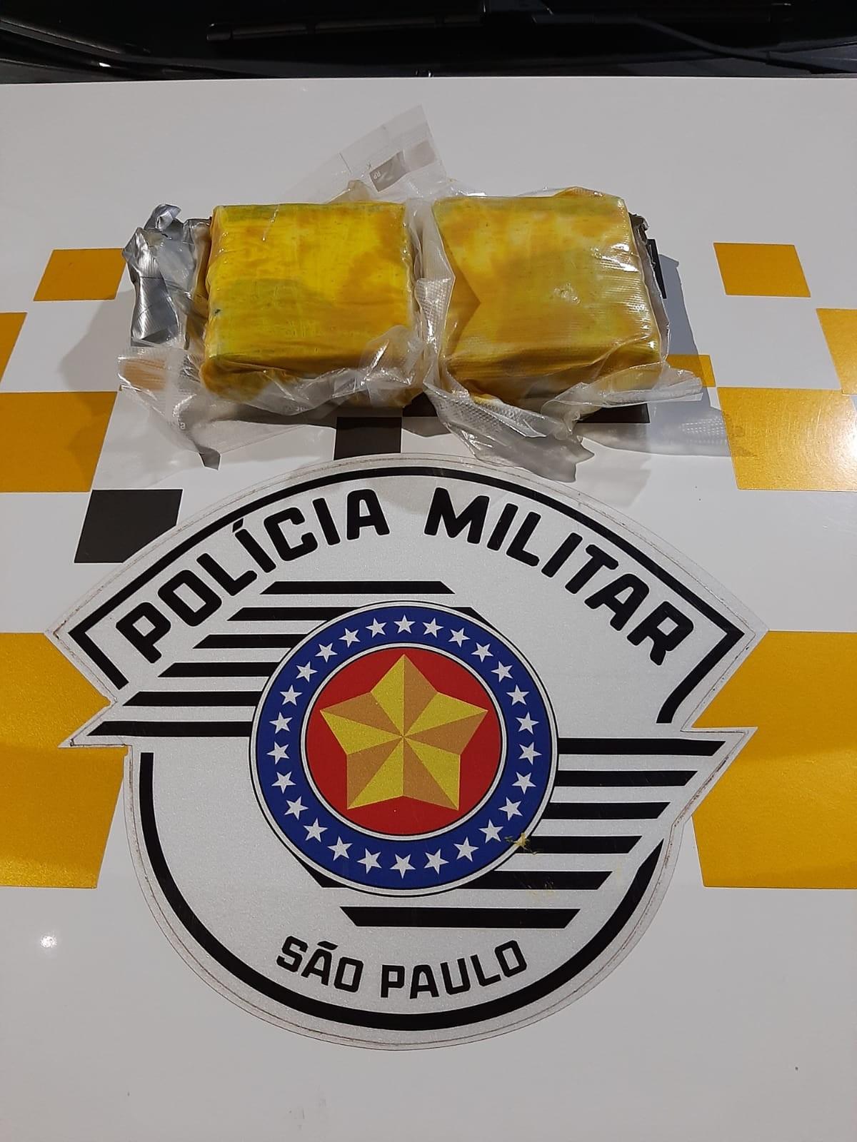 Passageiro gruda tabletes de cocaína na cintura com fita adesiva e é preso durante abordagem a ônibus na SP-270