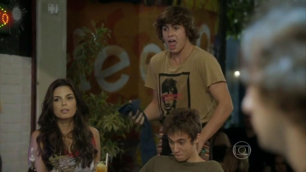 Pedro (Rafael Vitti) se defenderá das acusações de Karina (Isabella Santoni).  — Foto: Globo