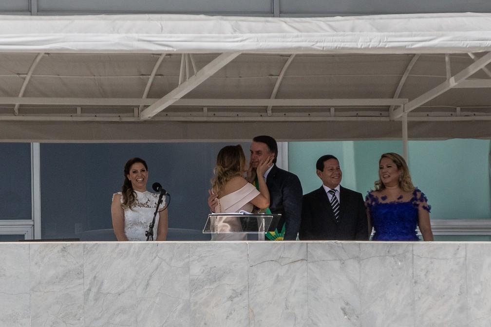 A primeira-dama, MIchelle, pausa sua fala para dar um beijo no presidente após pedido do público na Praça dos Três Poderes — Foto: Fábio Tito/G1