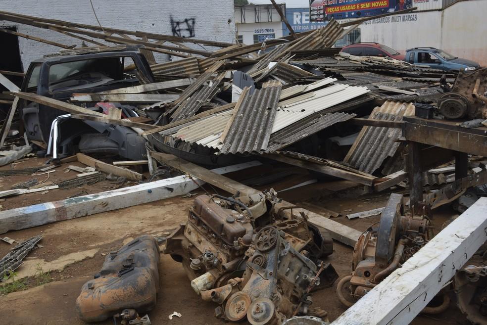 Temporal com ventania causa estragos e deixa bairros sem energia em Ariquemes (Foto: Jeferson Carlos/G1)