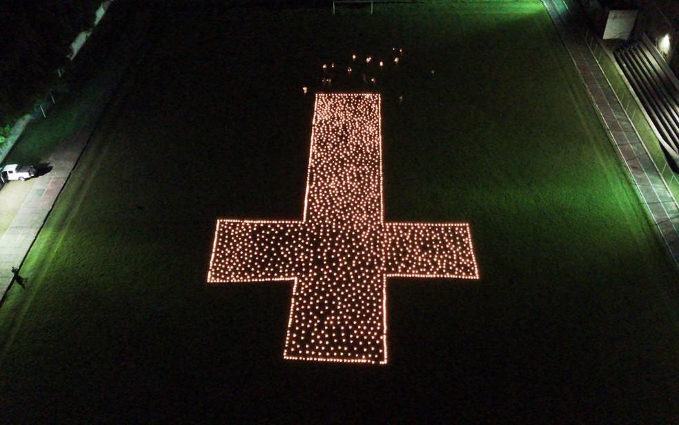 Moradores de Mutuípe na Bahia, durante o momento em que acenderam velas em homenagem às vítimas da Covid-19 no Brasil — Foto: Divulgação/Cristiano Drone Service