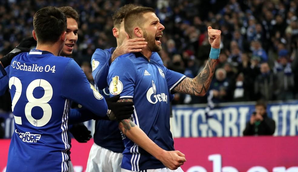 Burgstaller comemora seu gol, na vitória do Schalke 04 sobre o Wolfsburg nas quartas de final da Copa da Alemanha (Foto: friedemann Vogel/EFE)