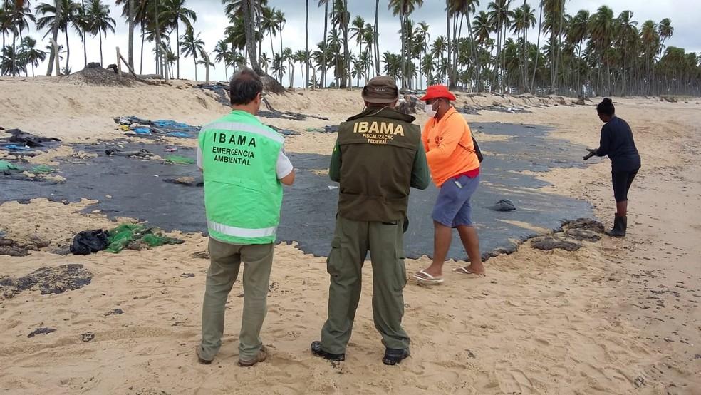Óleo aparece na praia de Itapuama, no Cabo de Santo Agostinho, no Grande Recife — Foto: Elvys Lopes/TV Globo