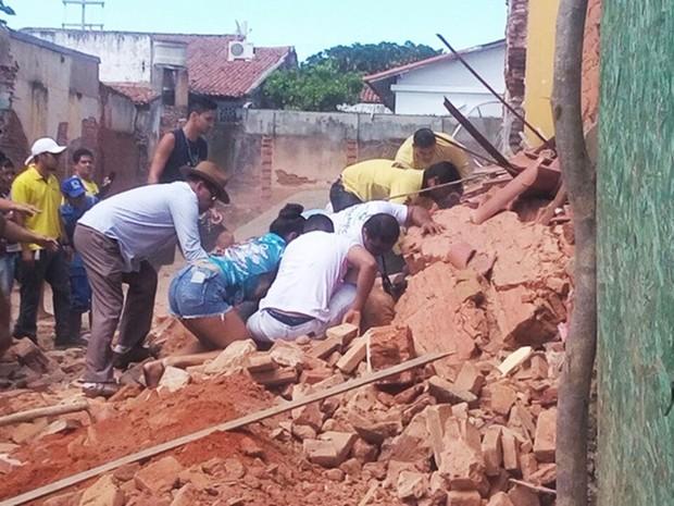 Dois pedreiros, que ficaram parcialmente soterrados, foram socorridos conscientes para o Hospital Regional de Assu (Foto: Francisco Coelho/Focoelho.com)