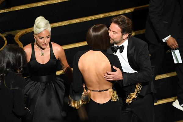 A cantora Lady Gaga, o ator Bradley Cooper e a modelo Irina Shayk, namorada do astro e mãe da filha dele, durante o Oscar 2019 (Foto: Getty Images)