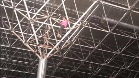 Fã escala estrutura metálica durante show de David Guetta em Brasília
