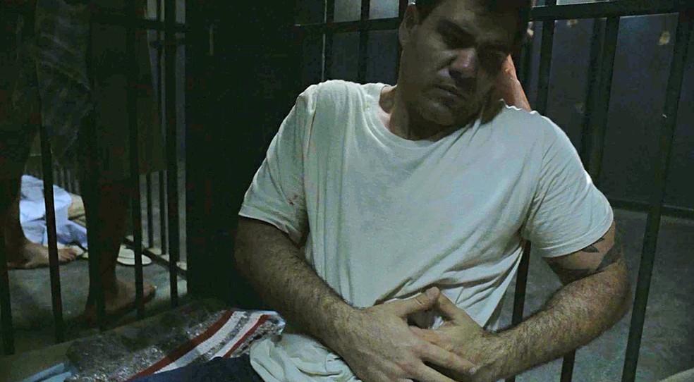 Magno (Juliano Cazarré) leva facada na prisão em Amor de Mãe — Foto: Globo