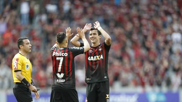 Pablo e Raphael Veiga festejando na Arena da Baixada