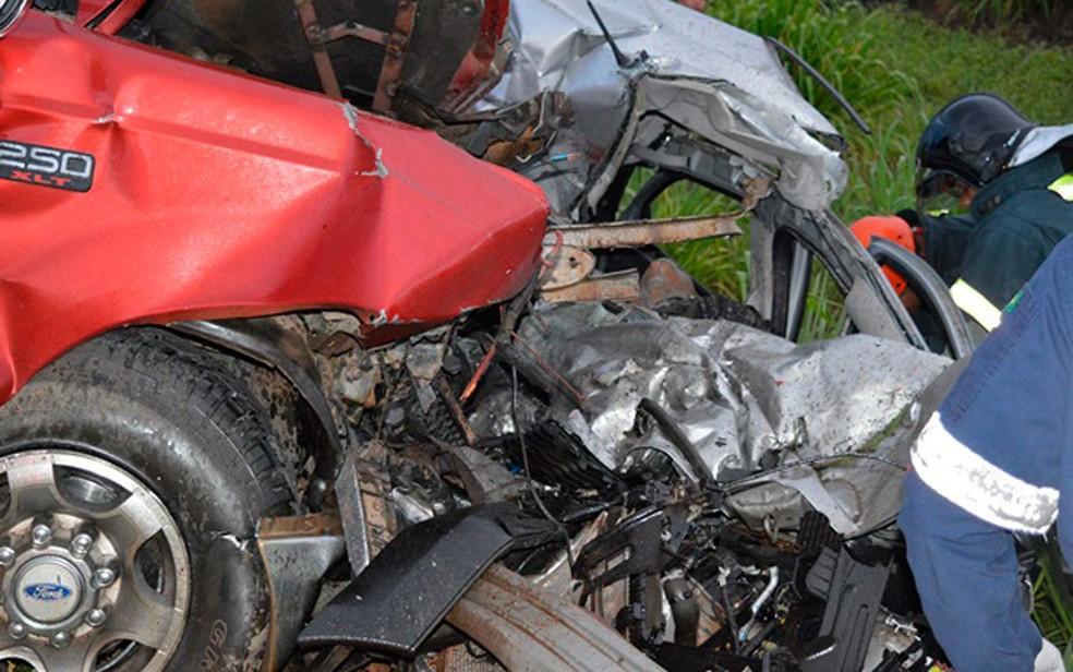 Adolescentes morrem em batida entre carro e caminhonete após roubarem veículo no oeste da Bahia (Foto: Edivaldo Braga/Blog Braga)