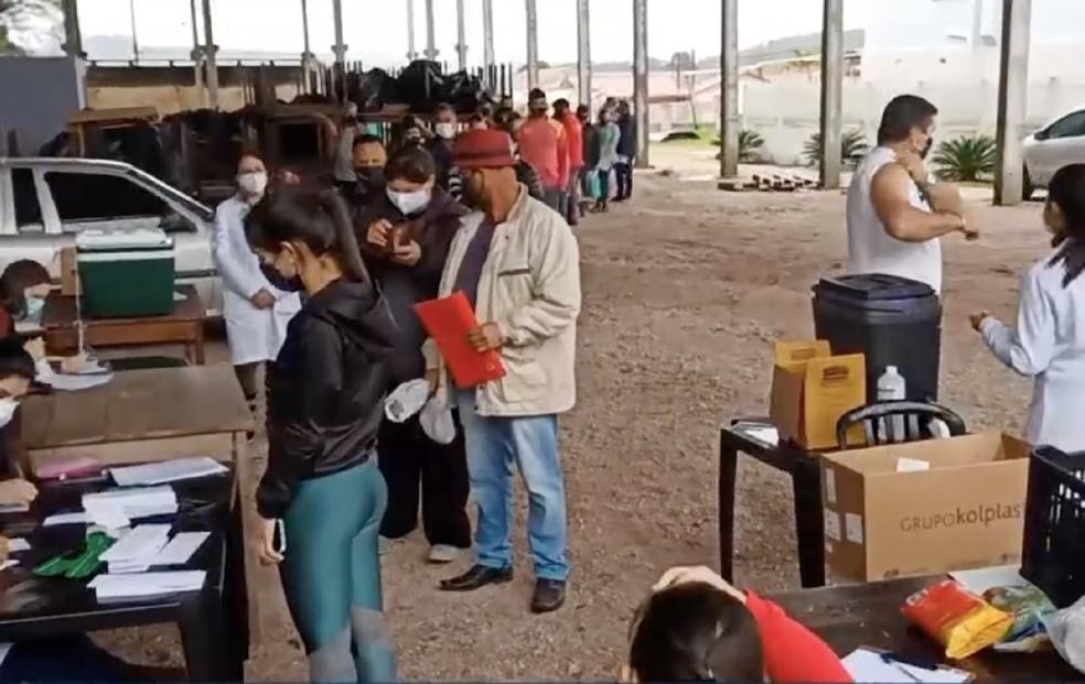 Comerciantes estão sendo vacinados em Agudos do Sul.— Foto: Reprodução/RPC Curitiba