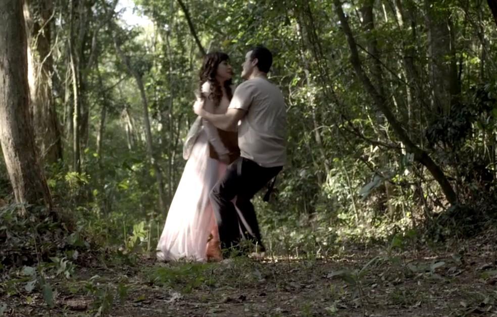 Os dois travam uma luta no meio da mata (Foto: TV Globo)