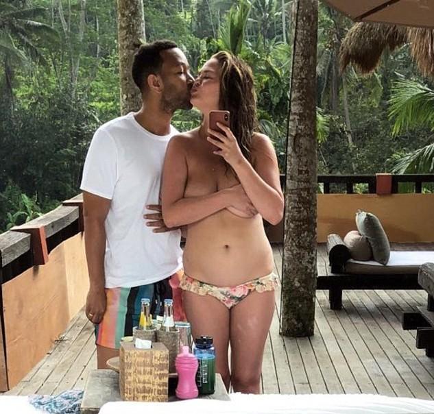 A modelo Chrissy Teigen de férias em Bali na companhia do marido, o músico John Legend (Foto: Instagram)