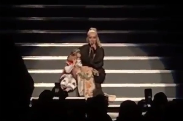 A cantora Christina Aguilera com a filha ao seu lado durante um show (Foto: Instagram)