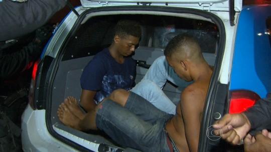 Policiais perseguem dois suspeitos que estavam num carro roubado