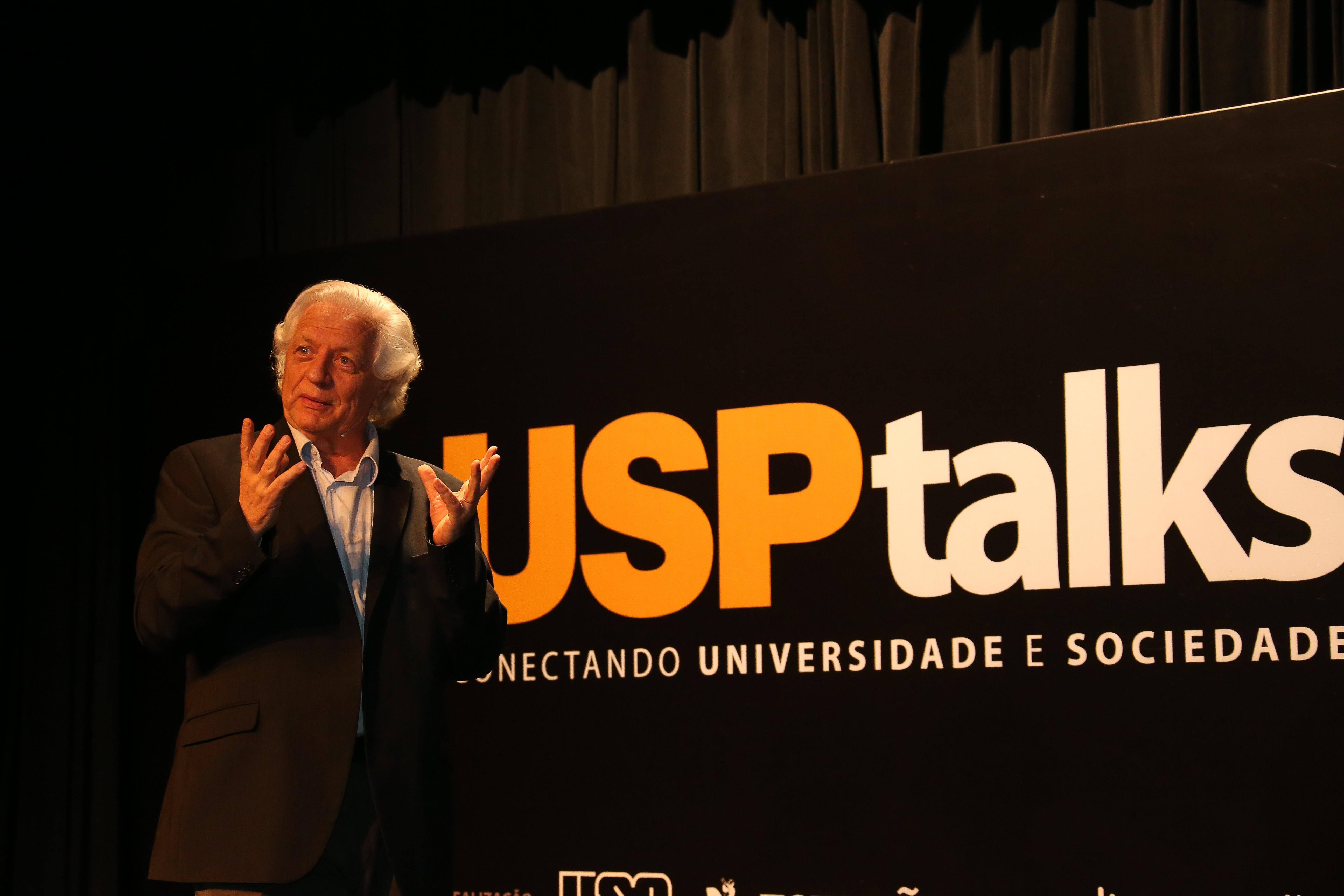 João Steiner participando de evento de divulgação científica, o USP Talk, sobre as origens da vida e do Universo (Foto: Cecília Bastos/USP Imagens)