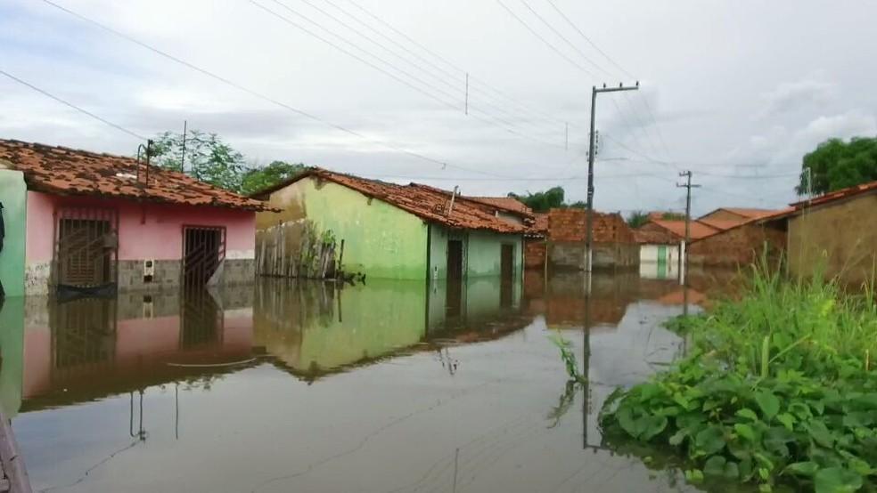 Moradores foram evacuados de suas casas após enchente em Pedreiras (MA). (Foto: Alex Barbosa/TV Mirante)