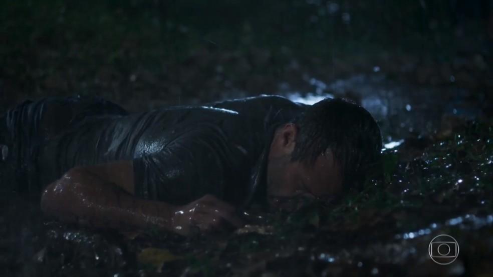 Apolo (Malvino Salvador) desmaia após ser picado por uma cobra - 'Haja Coração' — Foto: Globo
