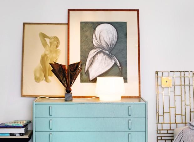 Equilíbrio. Duas abordagens de design diferentes se misturaram no espaço. Na cômoda da década de 1950 desenhada por Bertil Fridhagen, luminária de vidro da Muuto. Os quadros eram da avó da moradora (Foto: Carl Dahlsted / Living Inside)