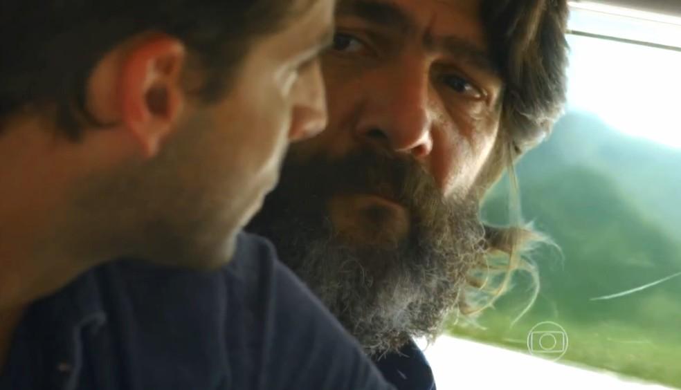 Dom Rafael (Cesar Troncoso) avisa a Cassiano (Henri Casteli) que vai levá-lo até a sua propriedade, em 'Flor do Caribe' — Foto: Globo