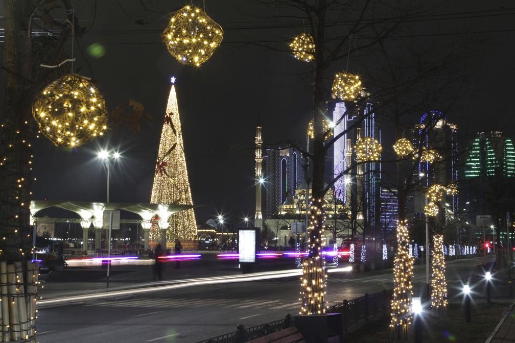 Praça decorada para as celebrações do Ano Novo é vista quase deserta em Grozny, Rússia — Foto: Musa Sadulayev/AP