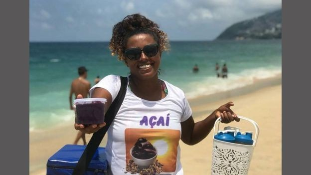 Vanessa Esplendorosa ficou conhecida pelas rimas que cantava enquanto vendia açaí na praia de Ipanema (Foto: IAN WALKER via BBC)