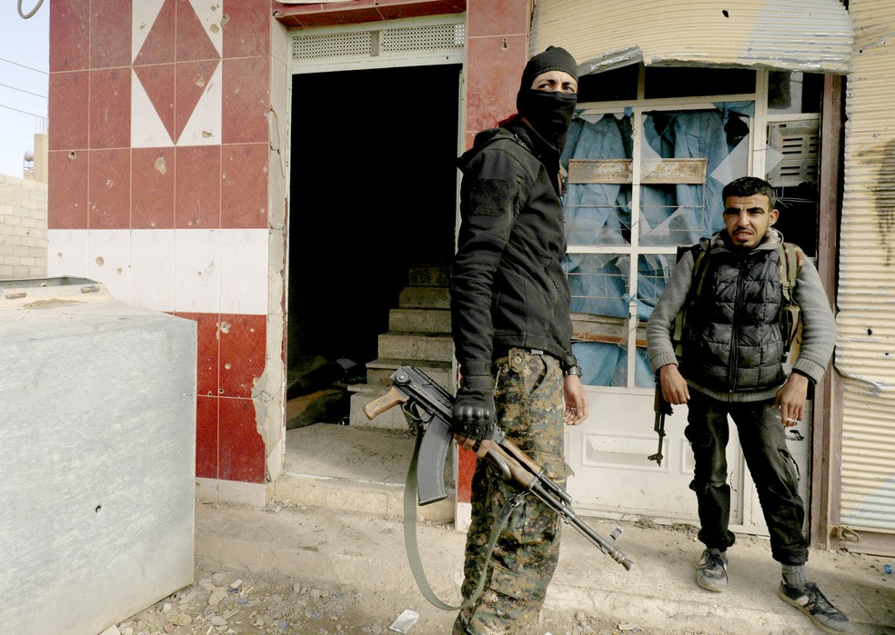 Combatentes da coalizão curda-árabe apoiada pelos EUA das Forças Democráticas da Síria (SDF) descansam durante uma operação para expulsar os jihadistas do Estado Islâmico (IS) de seu último bastião, em Baghouz, na província de Deir Ezzor, no leste da Síria, em fevereiro de 2019 — Foto: Delil Souleiman