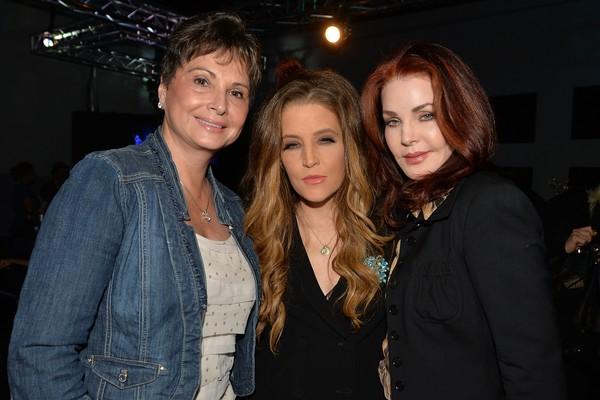 Lisa Marie Presley (centro) ao lado da mãe, Priscilla Presley (direita) (Foto: Getty Images)