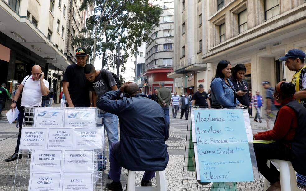 Pessoas procuram vagas em São Paulo. (Foto: Paulo Whitaker/Reuters)