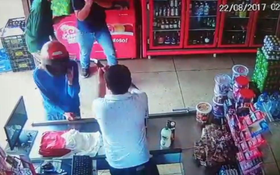Câmera de segurança flagrou momento em que comerciante atira em criminosos (Foto: Divulgação/Jornal Local)