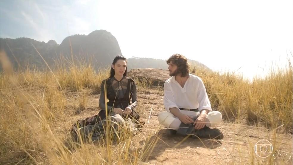 Anna (Isabelle Drummond) promete a Joaquim (Chay Suede) se livrar de Thomas (Gabriel Braga Nunes), em 'Novo Mundo' — Foto: TV Globo