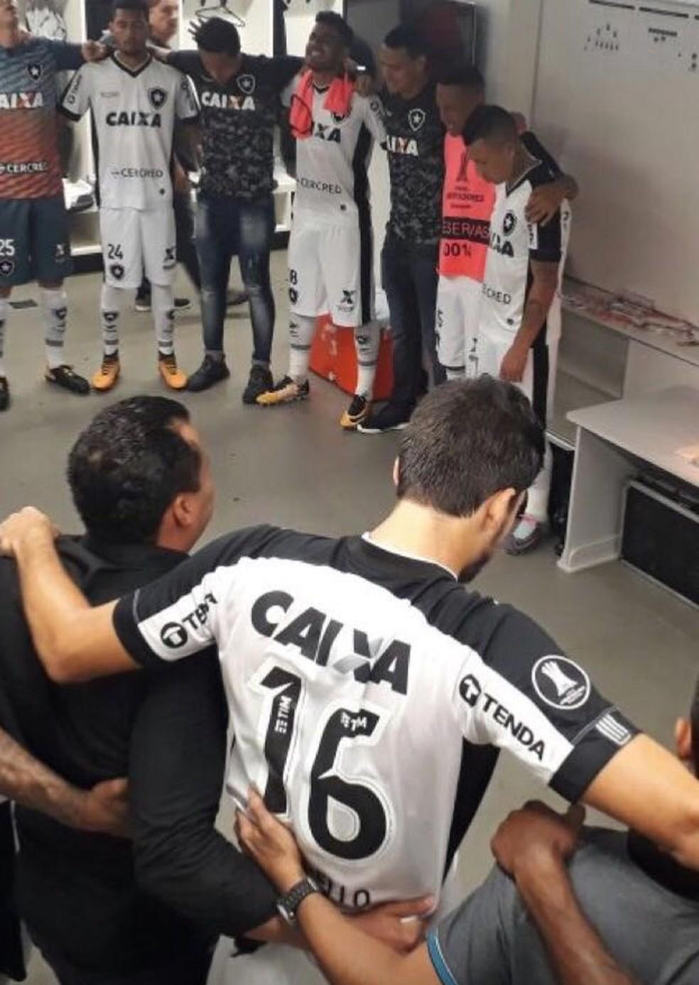 Jogadores e comissão técnica se abraçaram no vestiário: pacto para 2018 (Foto: Divulgação / Botafogo)