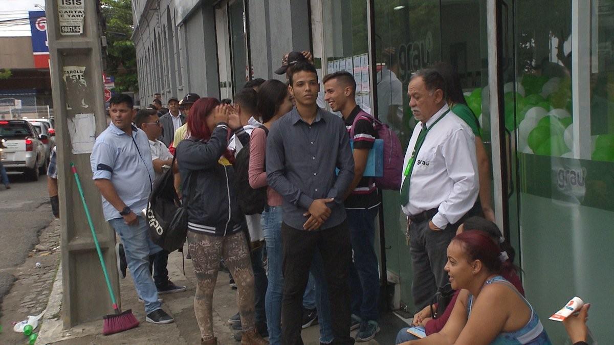Candidato chega com 12 horas de antecedência em fila para vagas de emprego, em Campina Grande