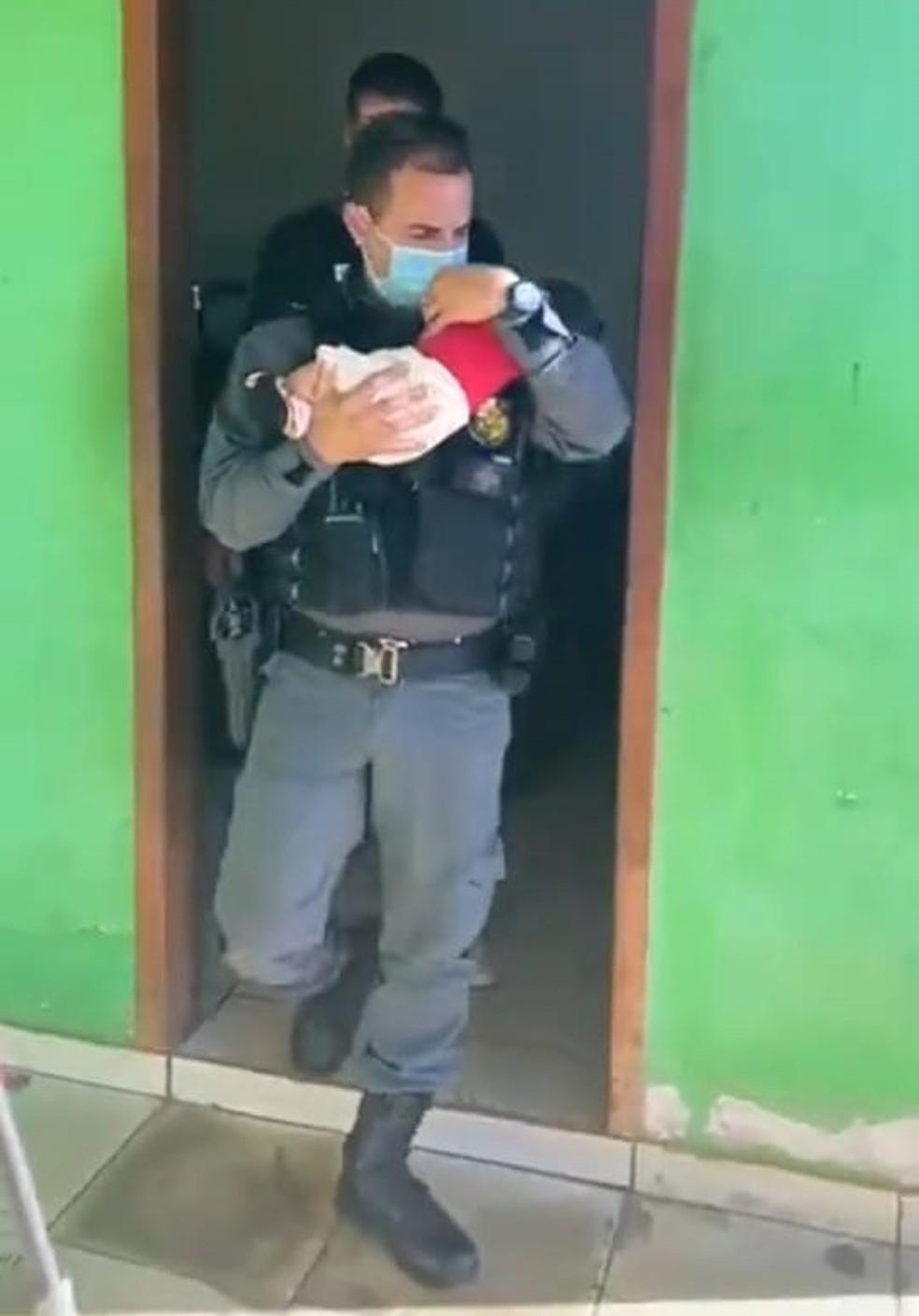 Bebê de dois meses foi resgatado nesta terça-feira (8) depois de ser abandonado em uma boca de fumo em Pontes e Lacerda — Foto: Divulgação