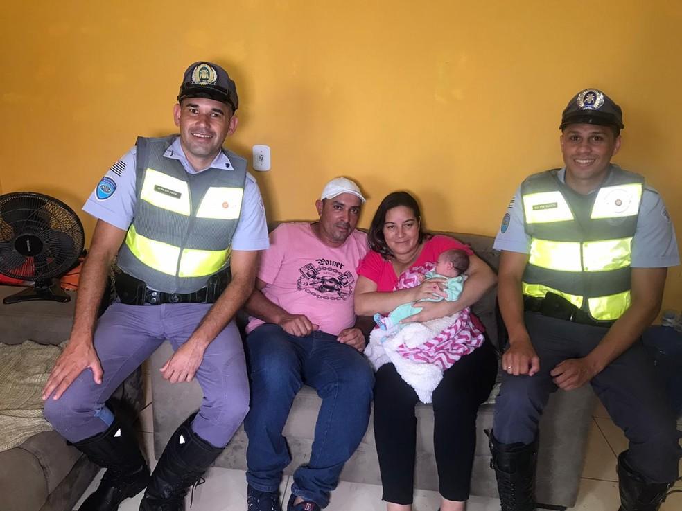 Recém-nascido de Sarapuí (SP) foi socorrido por policiais rodoviários que faziam operação em Itapetininga (SP) — Foto: Maria Eduarda Carnietto/TV TEM